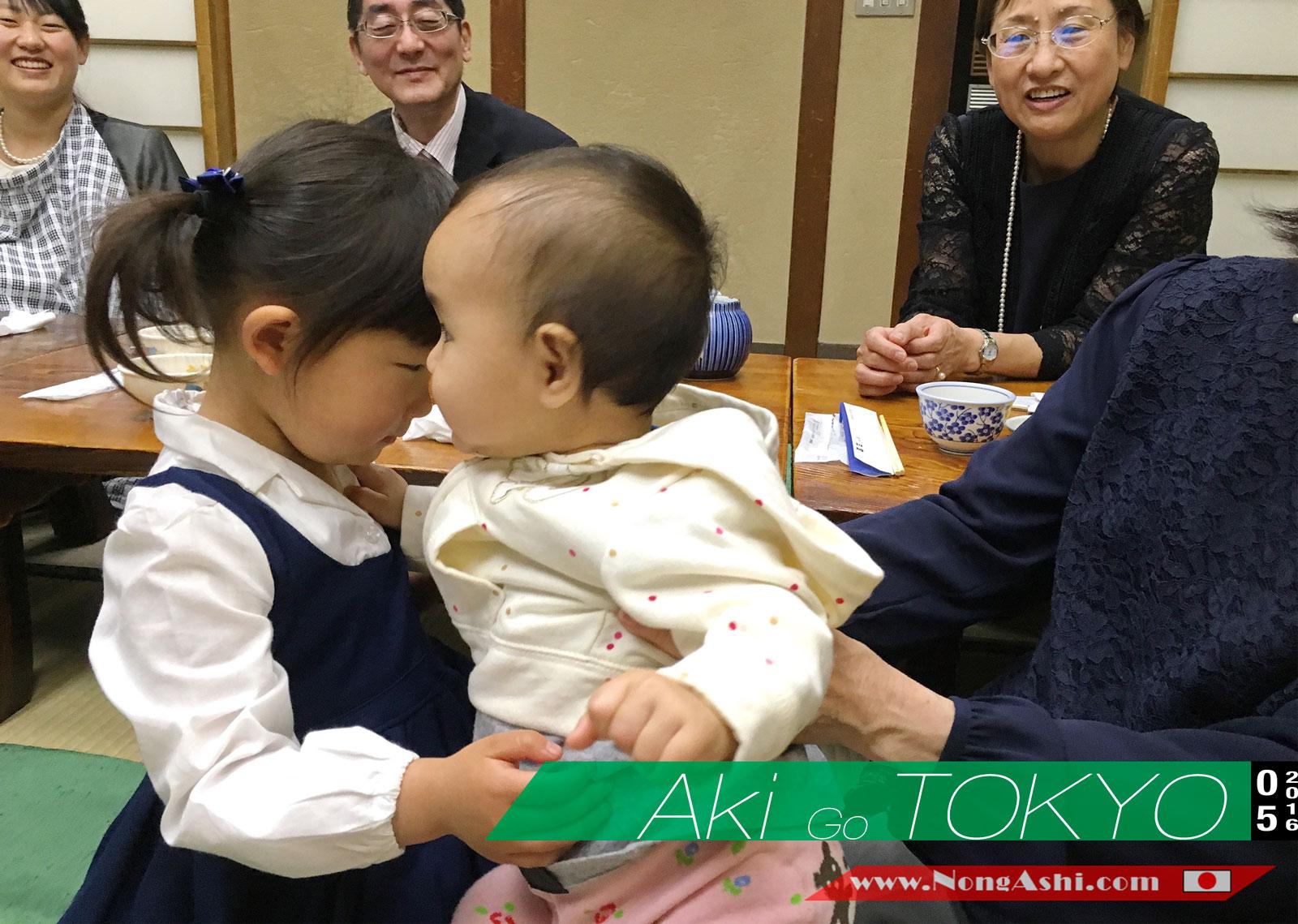อกิน้อยไปเที่ยวญี่ปุุ่น Day1 : อกิน้อยคลานไปเล่นกับพี่สาวญี่ปุ่นโต๊ะข้างหลัง
