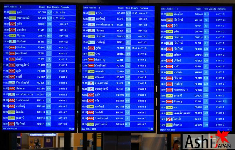 ดูมอนิเตอร์เพื่อหาแถวที่ต้องไปเช็คอิน Airasia X สนามบินดอนเมือง