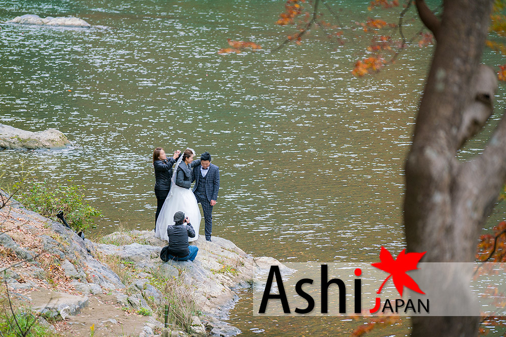 น่าอิจฉาคู่บ่าว-สาว ญี่ปุ่นมีวิวสวยๆให้ถ่ายเยอะแยะเลย | ใบไม้แดงเกียวโต