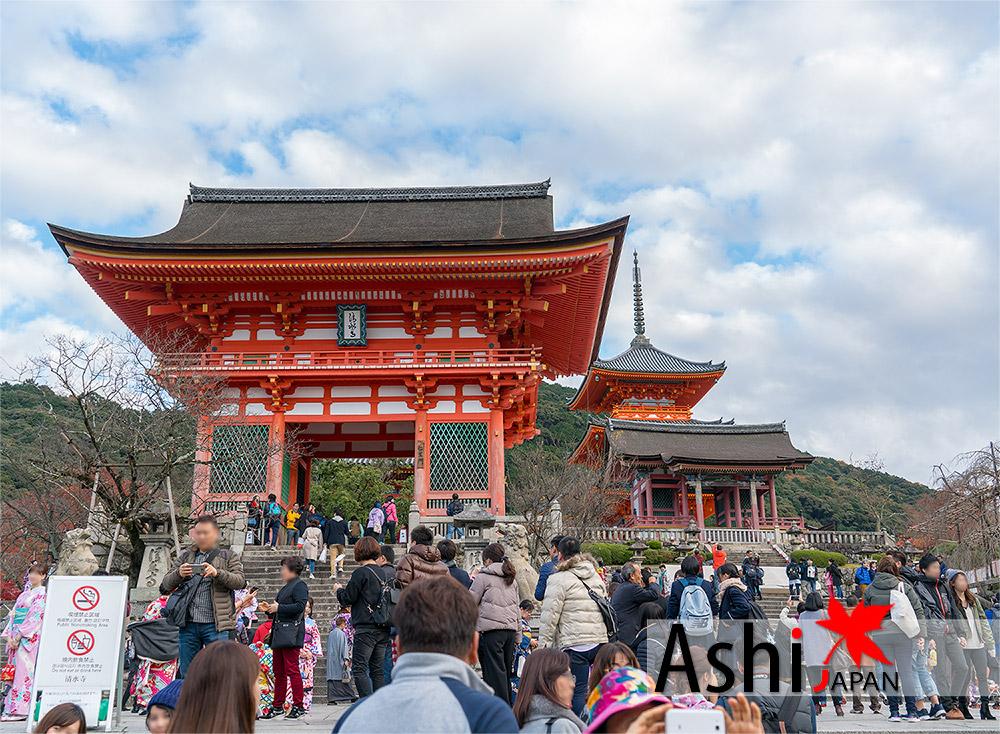 ถึงหน้าทางเข้าวัดน้ำใสแล้วว (Kiyomizu Temple)